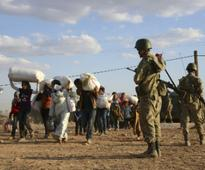Thousands flee as Islamic State fighters close in on Syria border town