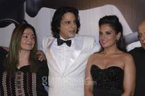 Pooja Bhatt recreates AASHIQUI pose with Rahul Roy & Richa Chadha