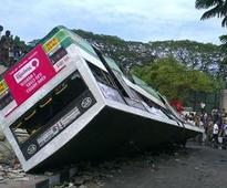 14 hurt, one dead as bus overturns near Tamb...