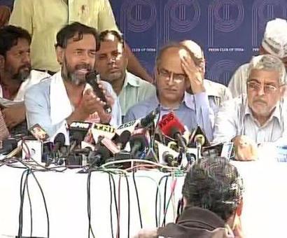 AAP drama continues: Yogendra Yadav parades injured supporters