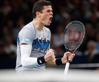 Milos Raonic Stuns Roger Federer to Keep World Finals Bid Alive