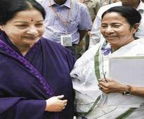 Amma calls up Didi: Jayalalitha discusses LS polls with Mamata