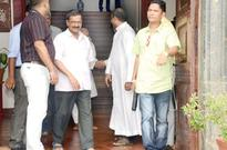 Kejriwal assures to retain grants  to English primary schools