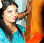 Saritha hands over evidence including pen drive to Solar Commission