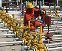 Public sector oil firms to invest Rs 76L cr on project expansion in FY16