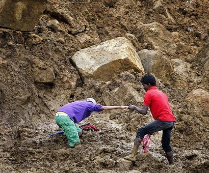 Sri Lanka landslide: Hopes fade of finding survivors