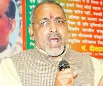 BJP distances itself fromGiriraj, Congress slams remark