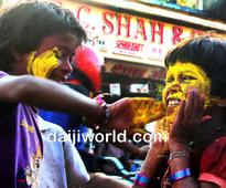 Mumbai: Street children play holi on the streets of Dadar
