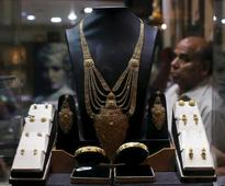 Gold clings to gains; U.S. jobs data, rate outlook eyed
