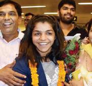 Sakshi arrives in Delhi to a rousing reception